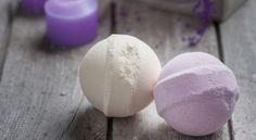 Depuis quelques années, les bombes de bains effervescentes sont devenues incontournables ! Et contrairement aux apparences, ces dernières sont ultra faciles à réaliser à la maison ! Découvrez vite comment fabriquer vos propres boules de bain en fonction de vos envies !