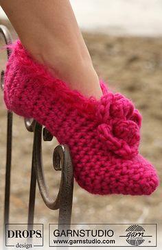 DROPS Crochet slippers in Eskimo ~ DROPS Design - crochet slipper pattern Knitted Slippers, Slipper Socks, Women's Slippers, Crochet Boots, Crochet Clothes, Crochet Slipper Pattern, Crochet Patterns, Crochet Design, Magazine Drops