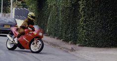 Novamente os esportes radicais: Senna chega em casa pilotando uma moto Ducati 851