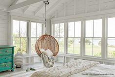 Esta silla colgante, de materiales rústicos y diseño geométrico, le suma simplicidad al dormitorio.