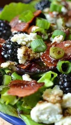 Blackberry, Bacon & Blue Cheese Salad w/ Honey Balsamic Vinaigrette Okay every one of these unique green salad recipes is freakin' amazing! I could eat salads from this list for the rest of my life and not get sick of salad. Healthy Salads, Healthy Eating, Healthy Recipes, Honey Recipes, Delicious Recipes, Clean Eating, Salad Bar, Soup And Salad, Honey Balsamic Vinaigrette