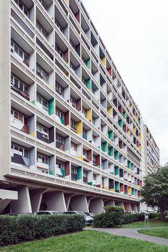 Eines der architektonisch wertvollsten Wohnhäuser Berlins. Entworfen hat es Le Corbusier (1887–1965), einer der wichtigsten Architekten des 20. Jahrhunderts. Das Corbusierhaus in Berlin entstand im Zuge der Internationalen Bauausstellung 1957 (Interbau). Le Corbusier, Bauhaus Architecture, Apartment Complexes, Image Categories, Decoration, Beautiful Places, Multi Story Building, Germany, Landscape