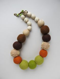 felt necklace Felt Necklace, Fabric Necklace, Diy Necklace, Paper Bead Jewelry, Textile Jewelry, Beaded Jewelry, Felted Wool Crafts, Felt Crafts, Felt Brooch