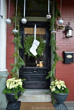 Outdoor Christmas Decorating Ideas Porches | 38 Cool Christmas Porch Décor Ideas | DigsDigs