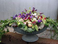 http://holmsundsblommor.blogspot.se/2012/05/vild-bordsdekoration.html Centerpiece. Clematis, julros, kvistros Biedermeier, alströmeria, daggkåpa, pioner mm, se inlägg