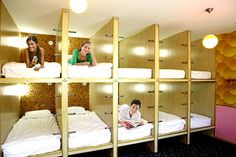 Hotel Cápsula, Capsule Hotel, Triple Bunk, Cool Beds, Awesome Bunk Beds, Dormitory, Home Bedroom, Girls Bedroom, Bunk Beds For 3