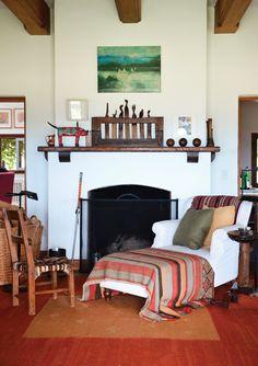Rincón de lectura con gran chaise longe y mantas tejidas en telar en una antigua casa de campo reciclada. Foto: gentileza Mauro Ramírez