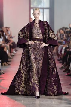 The complete Elie Saab Fall 2019 Couture fashion show now on Vogue Runway. Modest Fashion, High Fashion, Fashion Dresses, Fall Fashion, Vogue Fashion, Fashion Goth, Collection Couture, Fashion Show Collection, Vogue Paris