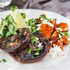 Rostad sötpotatis med fetaost, citron och persilja med vitlöksstekt portabellosvamp - Recept - Tasteline.com