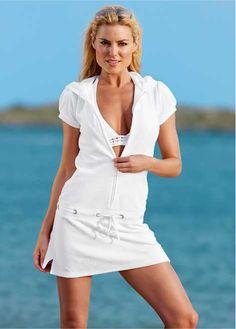 Veja agora:Saída de praia confeccionado em tecido de plush. De mangas curtas e decote em V, com zíper na parte da frente e cordão para amarrar na cintura. Plush é um termo que designa uma malha de algodão que possui textura e aparência aveludada.