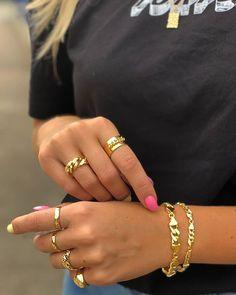 Chunky Golden Look ⛓✨ Minimal Jewelry, Stylish Jewelry, Dainty Jewelry, Cartier Nail Ring, Golden Ring, Golden Jewelry, Ring Necklace, Fashion Rings, Jewelery