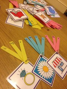 FINE MOTOR: Phonics game- rearrange the sounds around to make the word. Sounds made from plastic plant labels! Games For Kids Classroom, Group Games For Kids, Eyfs Classroom, Reception Classroom Ideas, Classroom Calendar, Primary Classroom, Music Classroom, Phonics Reading, Kindergarten Reading
