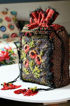 Silk Ribbon Embroidery, Embroidery Art, Embroidery Stitches, Notions De Couture, Drawstring Bag Diy, Broderie Simple, Creative Textiles, Fabric Boxes, Handmade Purses