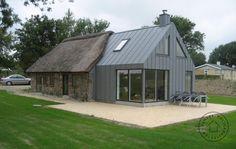 Orientation of zinc cladding Extension Veranda, Cottage Extension, Roof Extension, Extension Google, Zinc Cladding, House Cladding, Zinc Roof, Barn Renovation, Old Cottage