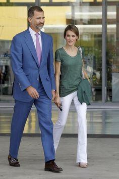 Tras la audiencia de esta mañana, Letizia se ha cambiado de ropa para ir a visitar de nuevo al Rey. Muy sonriente -y otra vez con el Iphone en la mano- la Princesa se ha vuelto a decantar por la ...