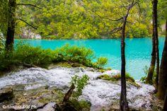 Sono arrivata al Parco Naturale di Plitvice in Croazia durante una caldissima giornata estiva anche se non ho dovuto aspettare molto per sentirmi rinfrancare dall'aria fresca che ricopre tutta l'ar…