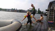 """{Témoignage} """"Nous avons échangé notre maison contre un house-boat à Amsterdam en Juillet 2015. Nous n'avions jamais tenté cette expérience mais, curieux de nature, nous avons voulu essayer.  Les craintes liées à la chute des enfants dans l'eau ont vite été dissipées car l'accès au pont été sécurisé. Les enfants ont adoré l'idée de vivre sur un bateau et ont vite profité de la proximité de l'eau et de la nature pour régulièrement plonger du pont ou aller jouer dans la forêt..."""