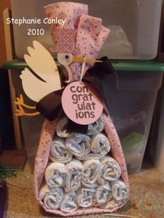 Baby Blanket w/ diapers instead of diaper cake baby-shower-gifts-ideas Fiesta Baby Shower, Baby Shower Gifts, Craft Gifts, Diy Gifts, Shower Bebe, Baby Towel, Baby Wedding, Baby Crafts, Dyi Crafts