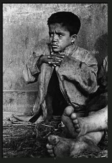 Los Abandonados , 1957 - One of the children living around the Mapocho river and sleeping under bridges. Michelangelo Antonioni, Henri Cartier Bresson, Street Photography, Portrait Photography, Social Photography, South Of The Border, Steve Mccurry, Famous Books, Photographer Portfolio
