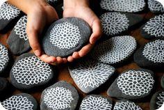Piedras negras pintadas en color blanco