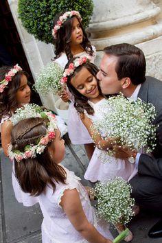 Una idea para combinar dos trencitas sujetas en la parte trasera de la cabeza junto con una coronita de flores tipo arras!!