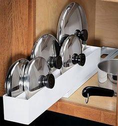 Truques para ganhar espaço na despensa e na cozinha - gaveta deslizante para tampas de tachos e panelas