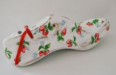 De Londres, Cath Kidston y nuevas hormas / decorate shoe last strawberry Cath Kidston Shoes, Decoupage Ideas, Diy Crafts, My Style, Create, Shoes, Painted Spoons, Decorated Shoes, Coat Hooks