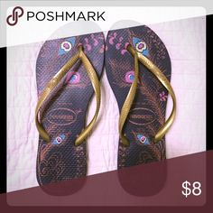 Havaianas sz 7-8 Feather print top, navy bottom, gold strap. No wear to soles. Havaianas Shoes Sandals