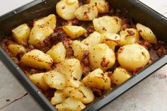 The cooking burns off any of the alcohol from the beer, so it's a family-friendly dish and makes a perfect side for grilled or roast meats and stews Roasted Meat, Roasted Potatoes, Oven Dishes, Side Dishes, Wow Recipe, Ranch Dressing Recipe, Bacon Potato, How To Cook Potatoes, Dried Beans