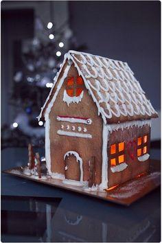C'est vrai que Noël est passé. Mais, je tenais à vous montrer quand même cette petite maison que j'ai réalisé il y a quelques jours. Je n'ai pas eu le temp