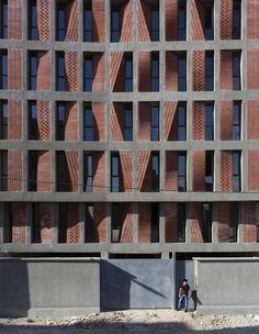 Construído na 2015 na Kahrizak, Irã. Imagens do Parham Taghiof, Ashkan Radnia. Quando nos foi oferecido este projeto, fatores como a localização, os problemas na região, a pobreza dos residentes e a determinação do cliente em...