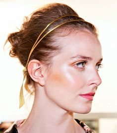 Cliomakeup-capelli-accessori-oro-Jesus Peiro
