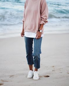 Jeans, sneakers and oversized tops!