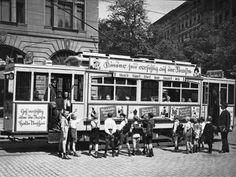wazzup2!Kinder erhalten 1925 an einer Straßenbahn eine Sicherheitseinweisung