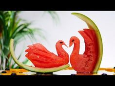 How to make flowers with orange. Learn an easy and free way to do carved fruit with a delicious presentation. Fruit and Vegetable Art New video each week. Watermelon Art, Watermelon Carving, Food Carving, Pumpkin Carving, Deco Fruit, Fruit Buffet, Amazing Food Art, Fruit Creations, Dessert Bar Wedding