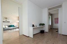 Te huur: Koekoeklaan 3B-23, Bussum € 895,- per maand Indeling: Dit appartement ligt op de zonzijde van het gebouw aan de binnentuin. Op de eerste etage, met de lift te bereiken. De woning beschikt over een eigen parkeerplaats in de afgesloten parkeerkelder.