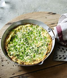 Frittata with broad beans, mint and feta - I mean, it's practically screaming summer. Yummy Veggie, Veggie Recipes, Vegetarian Recipes, Dinner Recipes, Cooking Recipes, Healthy Recipes, 15 Minute Meals, Quick Meals, Cooking Broad Beans