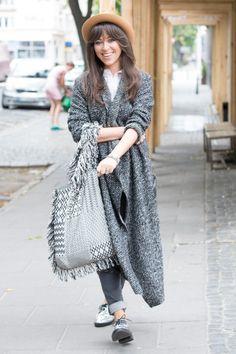 Natalia Kukulska w grubym, malanżowym swetrze i z dużą szarą torbą.