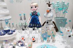 Bonecos da princesa Elsa e Olaf ajudaram a compor a decoração dessa festa de aniversário da Scrap Encanto