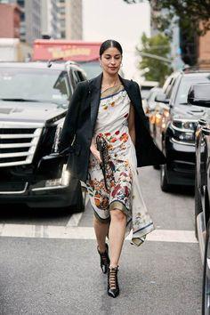 New York Fashion Week S/S 2019 - The Style Stalker - Street Style by Szymon Brzóska Top Street Style, New York Fashion Week Street Style, Spring Street Style, Street Chic, High End Fashion, New Fashion, Trendy Fashion, Style Fashion, Fashion Styles