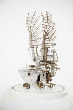 Dans sa série Orphanage for lost adventures, Jeroen Van Kesteren a créé ces magnifiques voiliers aériens avec du carton, de l'aluminium et divers papiers. Ces machines ont un style steampunk et sont très finement détaillées. Elles mesurent entre 50 et 50cm et il lui faut un mois environ pour en terminer une. Il partage plus …