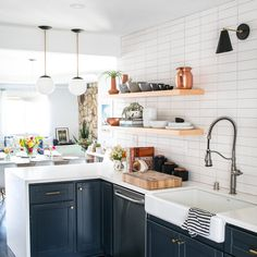 40 Best Modern Farmhouse Kitchen Decor Ideas And Design Trend In If you are looking for [keyword], You come to the right place. Below are the 40 Best Modern Farmhouse Kitchen Decor Ideas And Des. Home Decor Kitchen, Diy Kitchen, Kitchen Furniture, Kitchen Ideas, Decorating Kitchen, Kitchen Inspiration, Cabinet Inspiration, Kitchen Storage, Green Kitchen