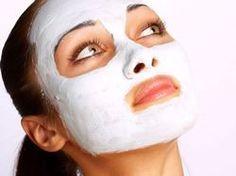 Tato bohatá a výživná maska je vhodná především na suchou pleť, které dodá pružnost, zdravou barvu a mladistvý vzhled. Obsahuje mnoho prospěšných mastných kyselin, vitamínů a minerálů. Je vhodná i na citlivou pokožku, v případě mastné či problematické pleti je lepší ubrat nebo úplně vynechat olej 1 zralý banán, 1 vaječný žloutek, 2 lžičky panenského olivového oleje Oloupaný banán rozmělníme vidličkou na jemnou kaši, přidáme vaječný žloutek a olej a důkladně promícháme.
