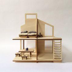 Haus der Puppe geschnitzt und graviert Laser, verkauft flach, leicht zu montieren und auf eine Reise zu tragen. Mit diesem einfachen und modernen Haus