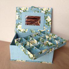 9f5079df36ffd Porta-joias em cartonagem modelo caixa livro. Confeccionado em papelão  cinza (HOLLER) e tecido 100% algodão. Com espelho na tampa medida 12 x 8