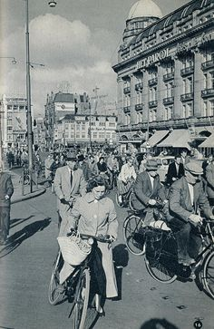Leidseplein in Amsterdam during rush hour on a typical work day, 1959 Old Pictures, Old Photos, Amsterdam Holland, The Old Days, Rotterdam, Vintage Travel, Netherlands, Old Things, Black And White