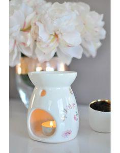 Brûle parfum Nina en céramique blanche et jolis dessins floraux roses et verts.