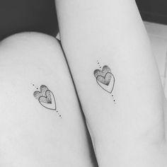 Tatuagem De Coração- Significado E Ideias - Tattoo Klein und tattoo-ideen Inner Wrist Tattoos, Bff Tattoos, Wrist Tattoos For Women, Friend Tattoos, Mini Tattoos, Couple Tattoos, Body Art Tattoos, Tatoos, Sister Heart Tattoos