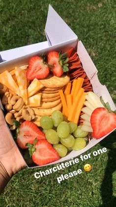 Charcuterie Gift Box, Charcuterie Recipes, Charcuterie Platter, Charcuterie And Cheese Board, Party Food Platters, Cheese Platters, Healthy Snacks, Healthy Eating, Healthy Recipes