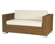 Heitere Atmosphäre und mediterrane Eleganz kommen in jedem Garten auf, in dem ein San Marino 2-Sitzer-Sofa aus der Kollektion von Alexander Rose stehen darf. Dafür sorgen die traditionell gewebten 3 mm starken Rose-Fibre-Fasern in Rotkiefer-Optik. Dank dem soliden Gestell aus pulverbeschichtetem Aluminium und den umweltfreundlichen und robusten Fasern ist das San Marino 2-Sitzer-Sofa extrem formstabil, belastbar und witterungsbeständig. Outdoor Sofa, Outdoor Furniture, Outdoor Decor, Design Bestseller, Aluminium, Rose, Home Decor, Serenity, Traditional